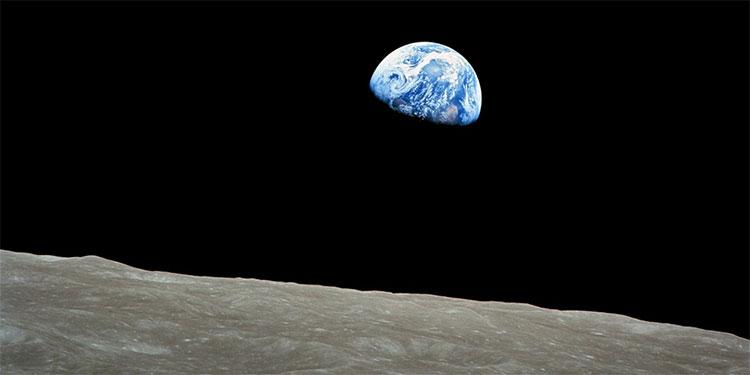 """Trái Đất dường như đang """"mọc"""" lên từ đường chân trời của Mặt Trăng."""