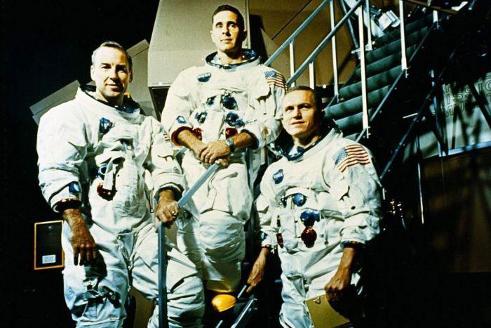 Từ trái sang phải: phi hành đoàn của Apollo 8 gồm có James A. Lovell Jr., William A. Anders, và Frank Borman