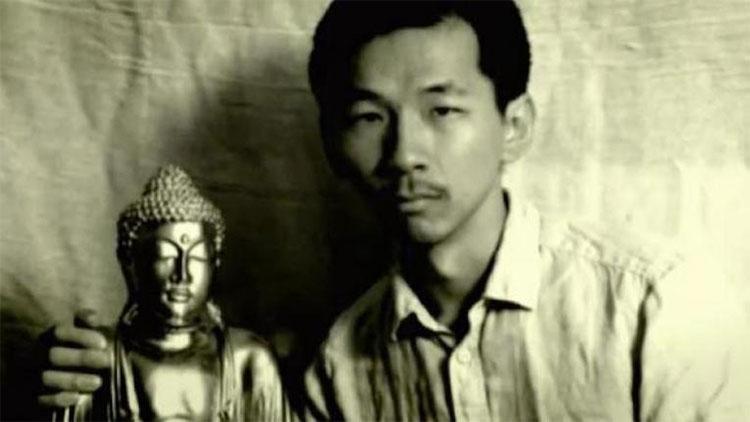 Rogelio Roxas chụp hình với một tượng Phật bằng vàng mà ông cho là tìm được trong hang động.