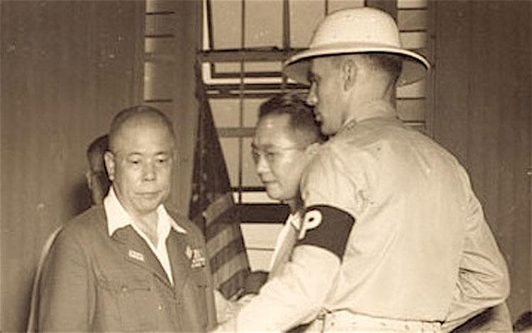 Tướng phát xít Nhật Yamashita (trái) bị áp giải khỏi tòa sau khi lĩnh án treo cổ vào ngày 31/12/1945.