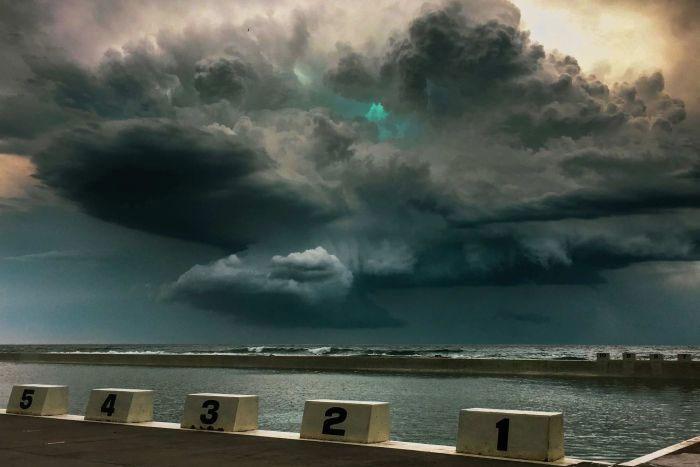 Ánh sáng xanh vẫn còn thấy được sau cơn dông lớn quét qua bờ biển miền Trung nước Úc.