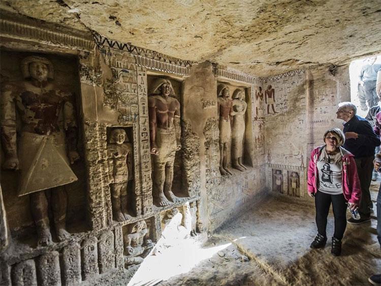 Du khách tham quan ngôi mộ cổ vừa được khai quật ở Saqqara, phía tây thành phố Cairo.