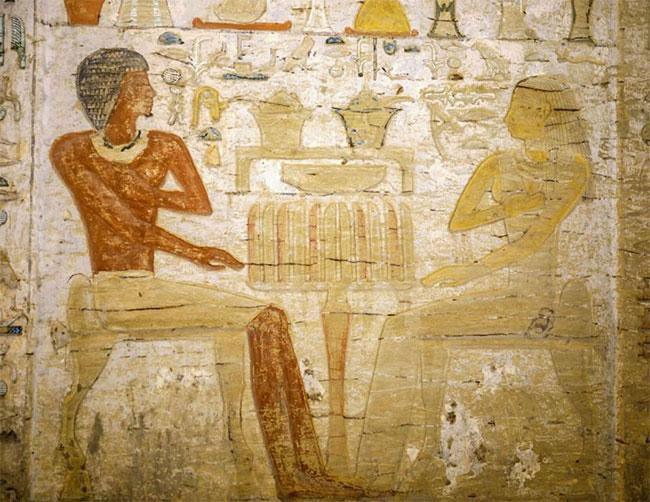 Thầy cúng Wahtye trong một bức phù điêu đang ngồi đối diện với vợ của mình.