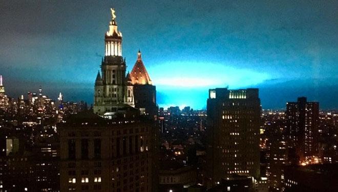Bầu trời New York đêm 27/12 bỗng sáng rực với ánh sáng xanh.