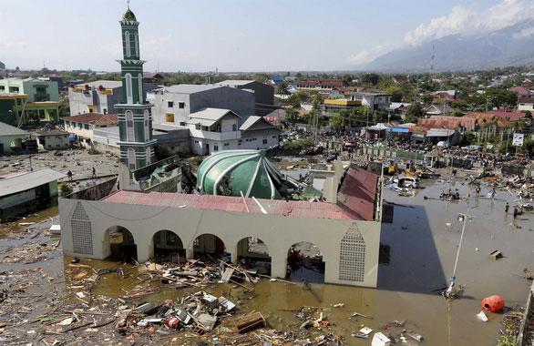 Trận sóng thần kinh hoàng tàn phá đất nước Indonesia