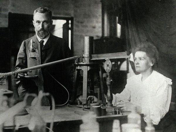 Hai vợ chồng Pierre Curie (1859 - 1906) và Marie Curie (1867 - 1934) trong phòng thí nghiệm