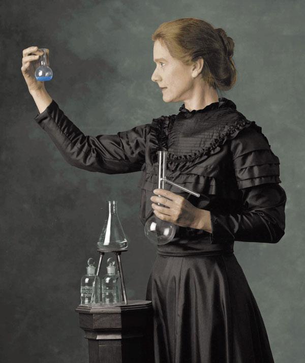 Marie Curie là người phụ nữ đầu tiên trên thế giới vinh dự nhận được hai Giải Nobel trong hai lĩnh vực khác nhau, là Vật lý và Hóa học