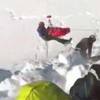 Bị tuyết lở vùi lấp suốt 40 phút, bé trai 12 tuổi vẫn sống sót kì diệu