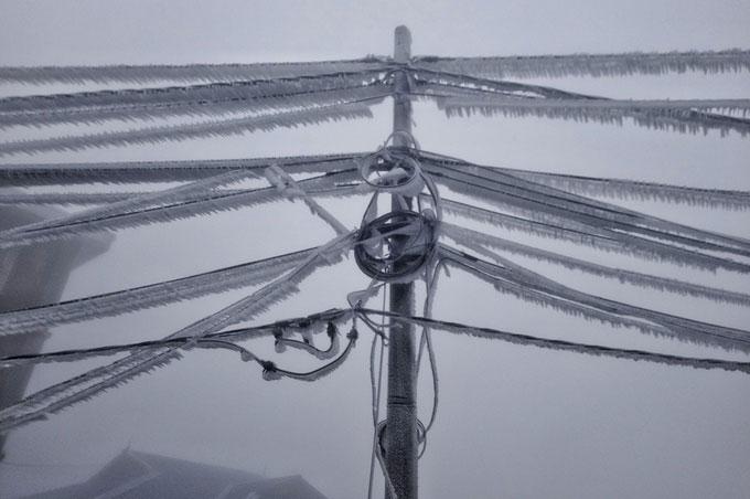 Đường dây điện trĩu nặng vì băng giá.