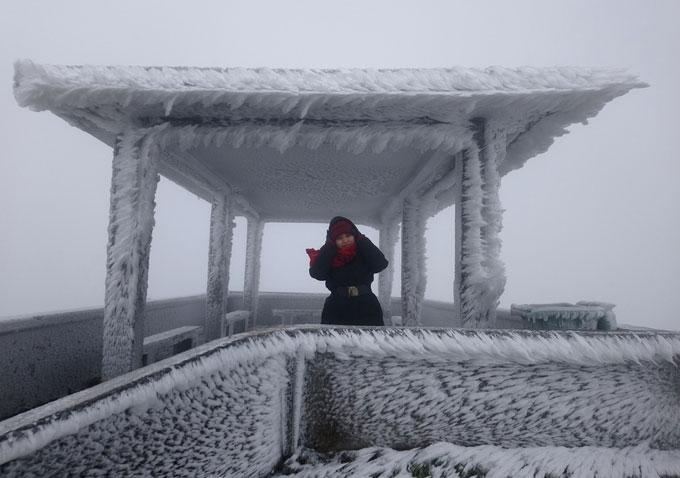 Nhiều du khách mặc thật ấm, leo lên các chòi ngắm cảnh để chụp ảnh với băng.