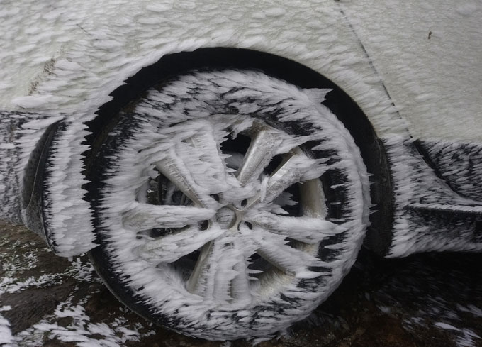 Chiếc ôtô để bên ngoài khuôn viên một nhà nghỉ phủ băng kín cả bánh xe.