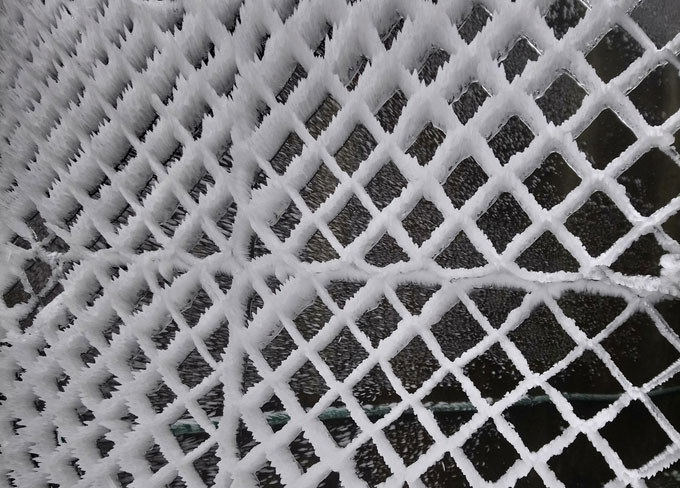 Băng cùng gió đã tạo hình 3D cho hàng rào lưới.