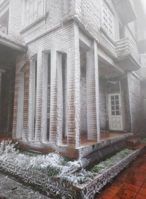 Tất cả ngôi nhà ở khu du lịch Mẫu Sơn (cao 1.200m so với mực nước biển) phủ một lớp băng.