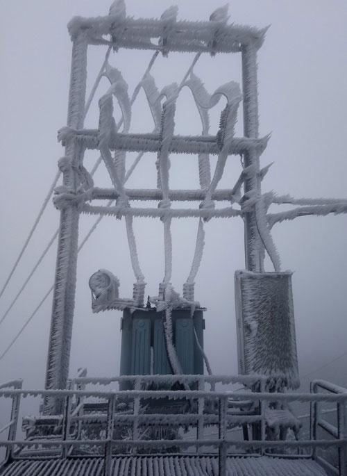 Trạm biến áp cung cấp điện cho khu du lịch Mẫu Sơn mặc một lớp áo băng dày.