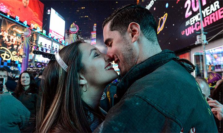 Jillianne Sabatini và Stephen Regalia hôn nhau ở Quảng trường Thời đại, New York, Mỹ, ngày 1/1/2018