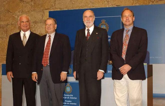 Larry Roberts (ngoài cùng, bên trái) cùng với những người đã đi tiên phong để tạo nên Internet