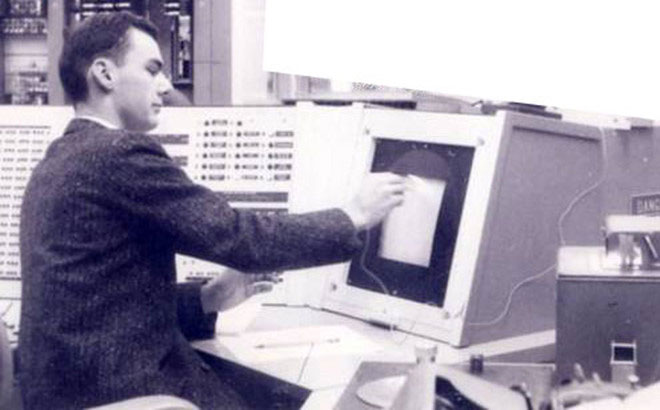 Roberts làm việc bên một máy tính hồi thập niên 1960.