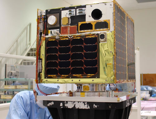 Vệ tinh MicroDragon trên bàn thử nghiệm rung lần cuối cùng trước khi phóng.