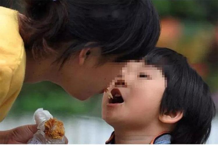 Mớm thức ăn cho trẻ