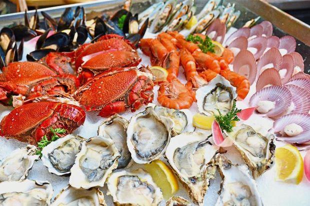 Ăn hải sản nấu chưa chín rất dễ nhiễm ký sinh trùng.