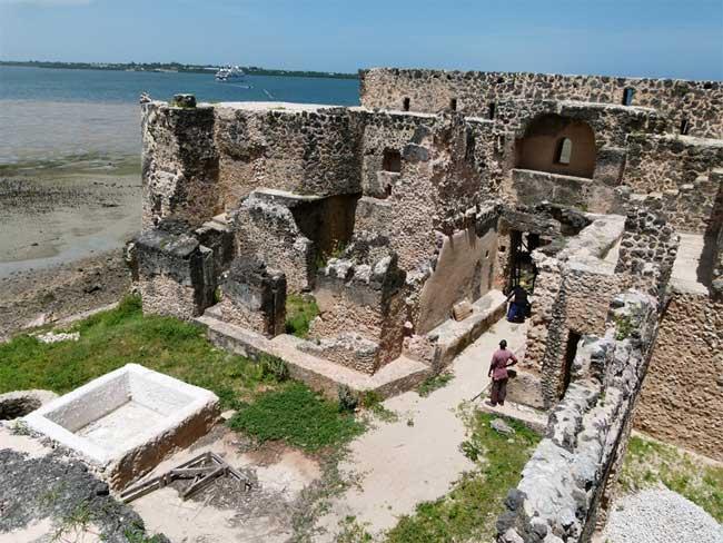 Kilwa Kisiwani vẫn còn đó dấu tích của Cung điện Husuni Kubwa, được xây dựng bằng đá san hô.