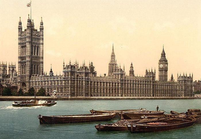 Tòa nhà Nghị viện Anh, hay còn gọi là cung điện Westminster, tọa lạc bên dòng sông Thames êm đềm.