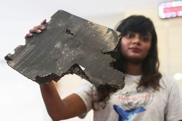 Một trong năm mảnh vỡ được thân nhân hành khách MH370 cung cấp.