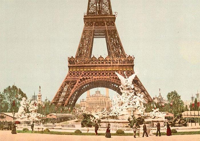 Tháp Eiffel – biểu tượng của thành phố Paris hoa lệ trong một ảnh chụp những năm đầu thế kỷ 20.