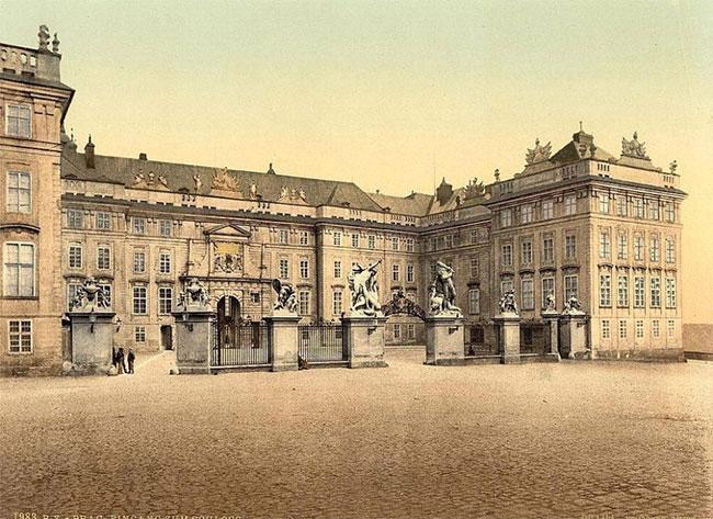 Cổng vào trước cung điện Prague tại thủ đô của cộng hòa Séc.