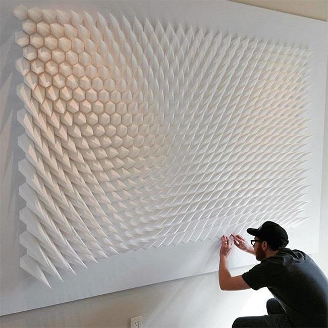 Matt Shlian đang hoàn thành một tác phẩm trên tường