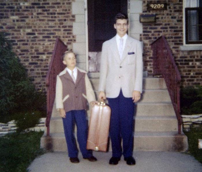 Kaczynski (bên phải) trước lúc lên đường nhập học ở Harvard.