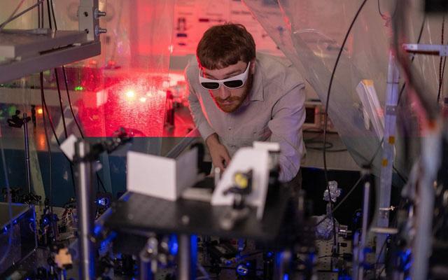 Thí nghiệm sử dụng 10 chùm laser có bước sóng khác nhau để làm mát các ion.
