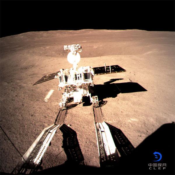 Xe tự hành Ngọc Thố 2 lăn bánh trên phần tối của Mặt trăng.