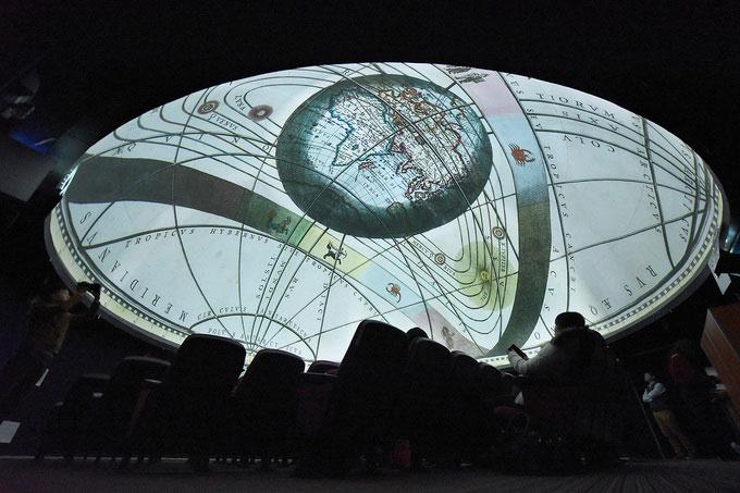 Nhà chiếu được trang bị hệ thống 6 máy chiếu độ phân giải cao mang lại hiệu ứng 3D chân thực