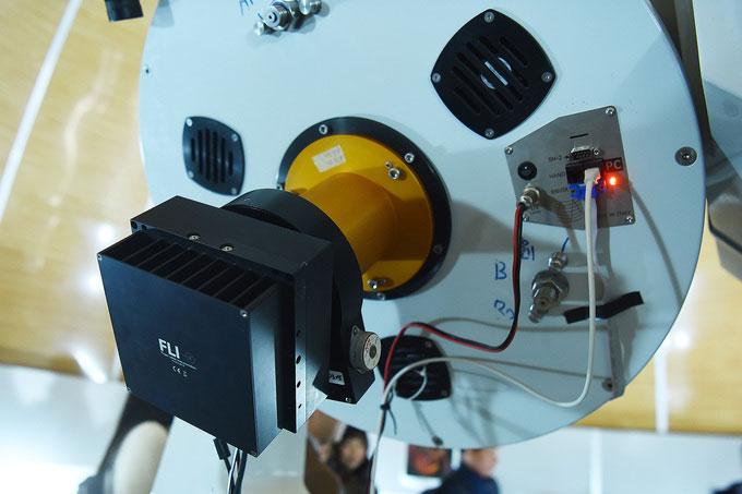 Đây là bộ xoay trường và máy ảnh chuyên dụng gắn tại tiêu diện của kính thiên văn phản xạ.