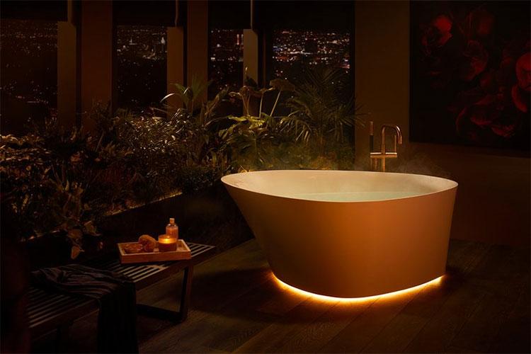 Bồn tắm với những đường cong tinh tế và được chiếu sáng nhẹ nhàng. Nó có giá khoảng 5.000 USD.