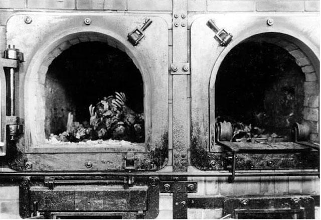 Những mẩu xác còn sót lại trong lò ở trại tập trung Buchenwald, Đức.