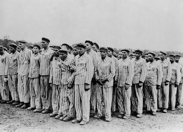 Tù nhân đứng điểm danh ở trại tập trung Buchenwald.