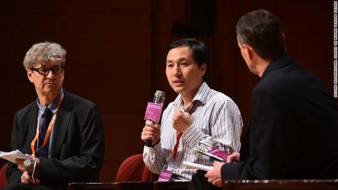 Robin Lovell-Badge (trái) và He Jiankui (giữa) tại Hội nghị Thượng đỉnh Quốc tế lần thứ hai về Chỉnh sửa gene