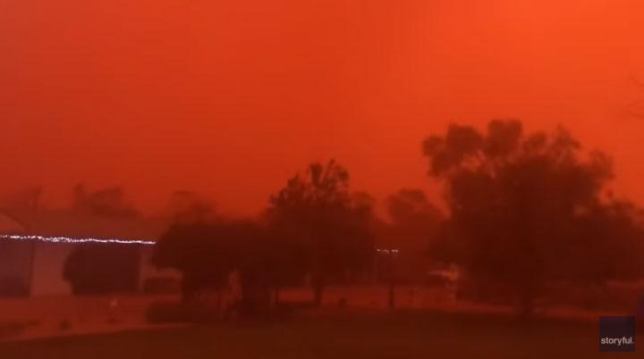 Bão bụi biến bầu trời Australia đỏ như máu.