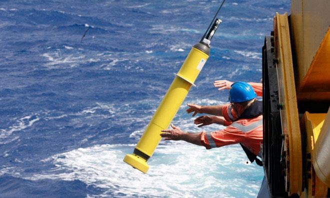Thiết bị ghi nhận dữ liệu được thả xuống biển trong dự án nghiên cứu của Đại học Oxford.