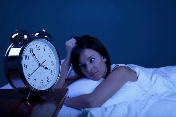 Thức khuya trong một thời gian dài sẽ dần cảm thấy mệt mỏi, chán ăn, vàng da...