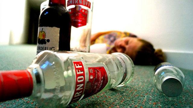 Các triệu chứng nhiễm độc methanol thường xuất hiện trong vòng 30 phút sau uống nhưng có thể muộn hơn