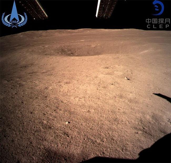 Hình ảnh đầu tiên chụp về vùng tối của Mặt Trăng.