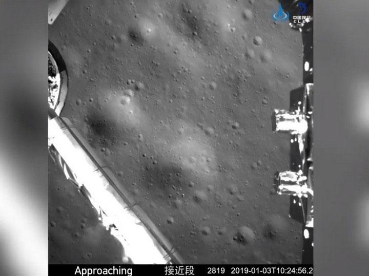 Hình ảnh tàu thăm dò Hằng Nga 4 đang dần tiếp cận bề mặt vùng tối của Mặt Trăng.