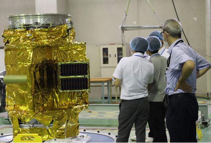 Các nhà khoa học kiểm tra khả năng chịu tải lực ly tâm của vệ tinh khi tên lửa chuyển động quay