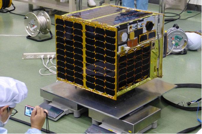 Vệ tinh được cân và kiểm tra trọng tâm trước khi lắp đặt vào tên lửa.