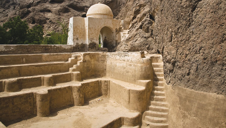 Cổng và lối dẫn xuống bể chứa nước hai ngàn năm tuổi.