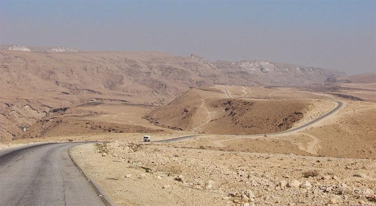 Cung đường xuyên núi và sa mạc nối El Hodeidah với thủ đô Sanaa.