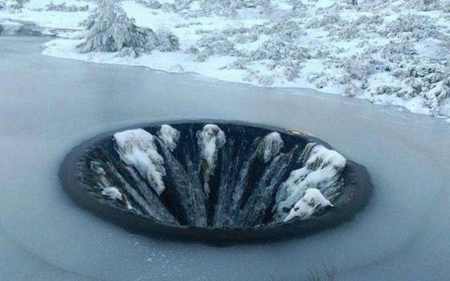 Hố chìm Covão dos Conchos vào mùa đông.